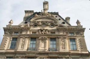 foto 8: Deel van de gevel van het Louvre.
